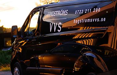 Svart skåpbil med Hagströms VVS logga på, länk till om oss.